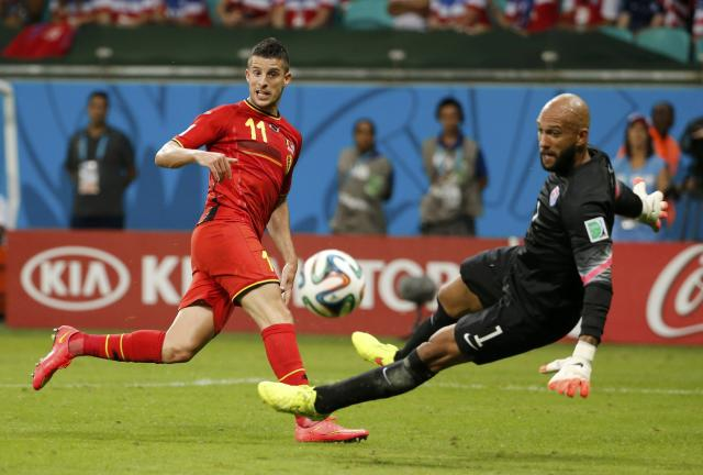Goalkeeper Tim Howard of the U.S. eyes the ball after a save from Belgium's Kevin Mirallas during their 2014 World Cup round of 16 game at the Fonte Nova arena in Salvador July 1, 2014. REUTERS/Sergio Moraes (BRAZIL - Tags: SOCCER SPORT WORLD CUP)