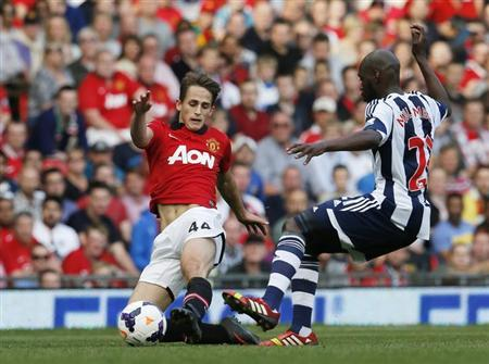 Manchester United's Adnan Januzaj (L) challenges West Bromwich Albion's Youssouf Mulumbu during their English Premier League soccer match at Old Trafford in Manchester September 28, 2013. REUTERS/Phil Noble