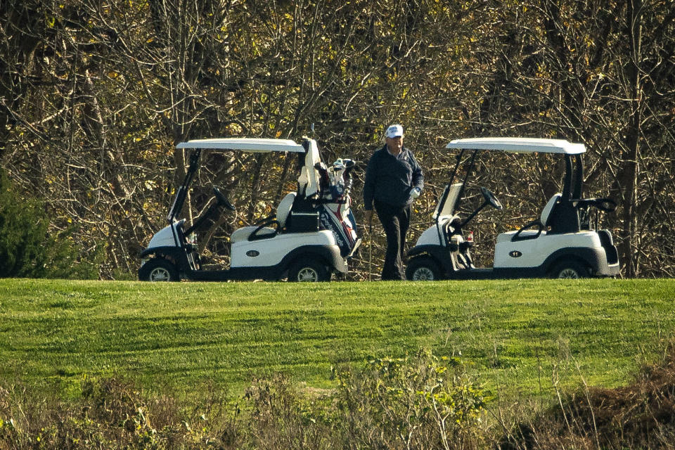 El Presidente Donald Trump jugaba golf en el club de golf Trump, en Sterling, Virginia el 7 de noviembre de 2020. (Foto: Al Drago/Getty Images)