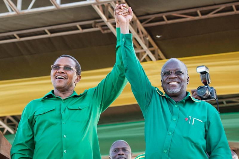 Tanzanian president-elect John Magufuli (R) with outgoing President Jakaya Kikwete at a rally by ruling party Chama Cha Mapinduzi in Dar es Salaam on October 23, 2015 (AFP Photo/Daniel Hayduk)
