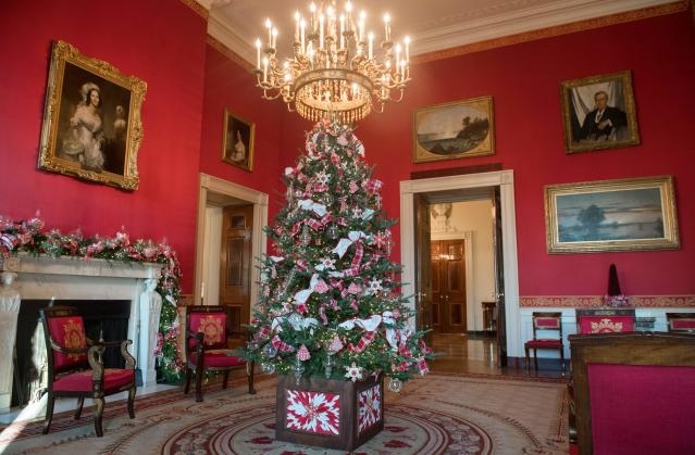 <p>Christmas decorations are seen in the Red Room during a preview of holiday decorations at the White House in Washington, D.C. on Nov. 27, 2017. (Photo: Saul Loeb/AFP/Getty Images) </p>