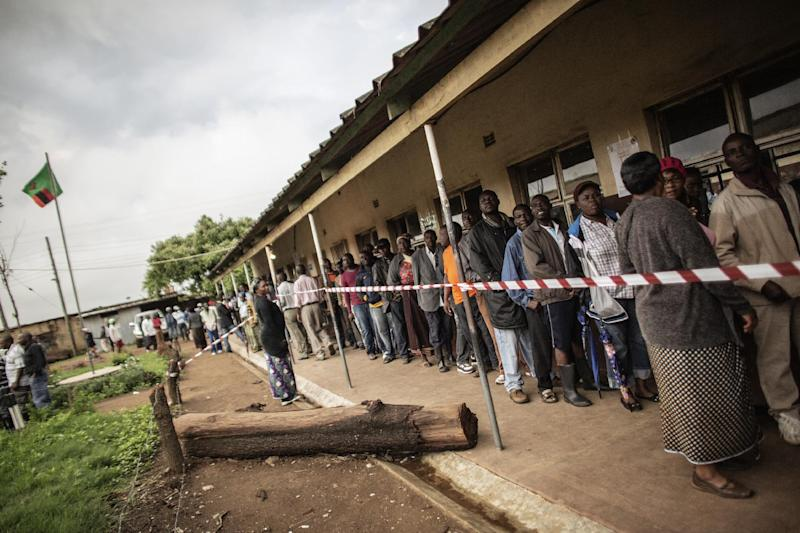 Zambians queue to cast their votes in the Zambian presidential elections at Kanyama primary in Lusaka on January 20, 2015 (AFP Photo/Gianluigi Guercia)
