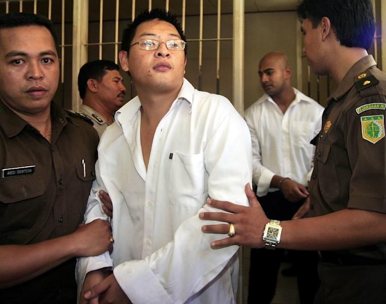 Australian drug smugglers Andrew Chan (C) and by Myuran Sukumaran (R, in white), are escorted by prison guards following a court hearing in Denpasar, on Bali island, Indonesia, February 14, 2006 (AFP Photo/Sonny Tumbelaka)