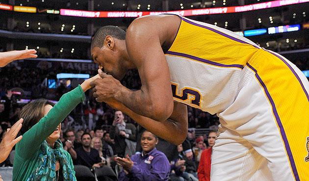 57494d67f Metta World Peace kisses another female fan s hand after lucky ...