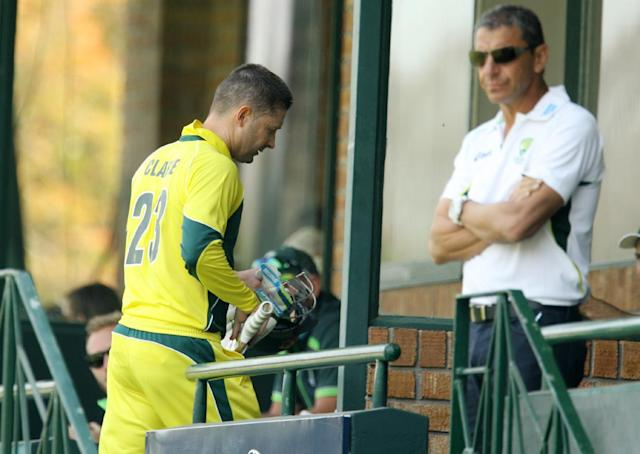 Australia captain Michael Clarke pictured returning to the pavilion at the Harare Sports Club in Harare on August 31, 2014 during the fourth match of a one-day triangular series against Zimbabwe (AFP Photo/Jekesai Njikizana)