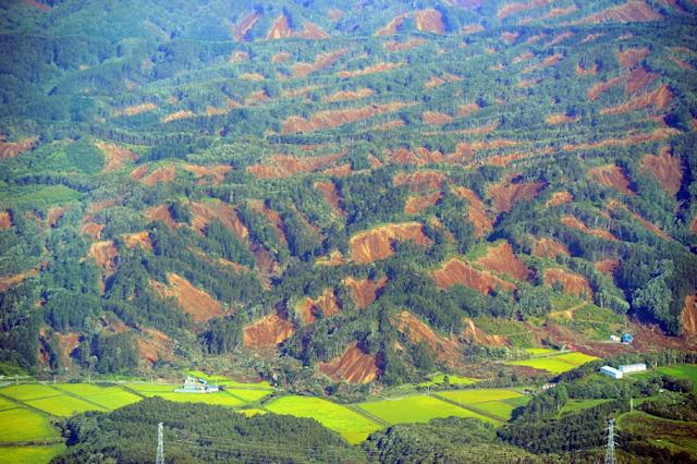 An aerial view shows the extent of landslides in quake-hit Hokkaido (AFP Photo/JIJI PRESS)