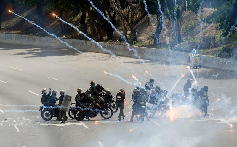 Riot police agents are attacked with fireworks by demonstrators, during a protest against President Nicolas Maduro's government, in Caracas on May 31, 2017 (AFP Photo/FEDERICO PARRA                      )