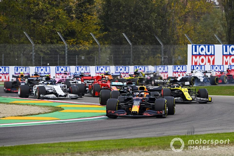 """Max Verstappen, Red Bull Racing RB16, Lewis Hamilton, Mercedes F1 W11, Daniel Ricciardo, Renault F1 Team R.S.20, Charles Leclerc, Ferrari SF1000, Pierre Gasly, AlphaTauri AT01, and the remainder of the field on the opening lap<span class=""""copyright"""">Mark Sutton / Motorsport Images</span>"""