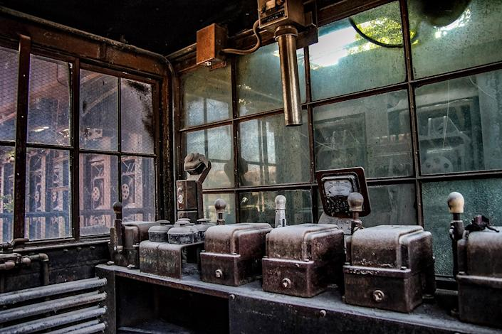 """<p>An abandoned steel foundry that looks like a """"post-apocalyptic wasteland"""" has been transformed into an artists' haven. (Photo: Abandoned Southeast/Caters News) </p>"""