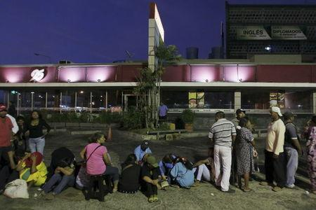 People wait in a line to buy staple items outside a supermarket in Maracaibo August 8, 2015. REUTERS/Isaac Urrutia