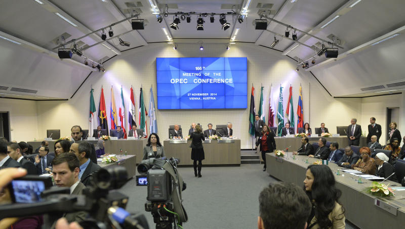 A general view shows the 166th ordinary meeting of the Organization of the Petroleum Exporting Countries, OPEC, at their headquarters in Vienna, Austria on November 27, 2014 (AFP Photo/Samuel Kubani)