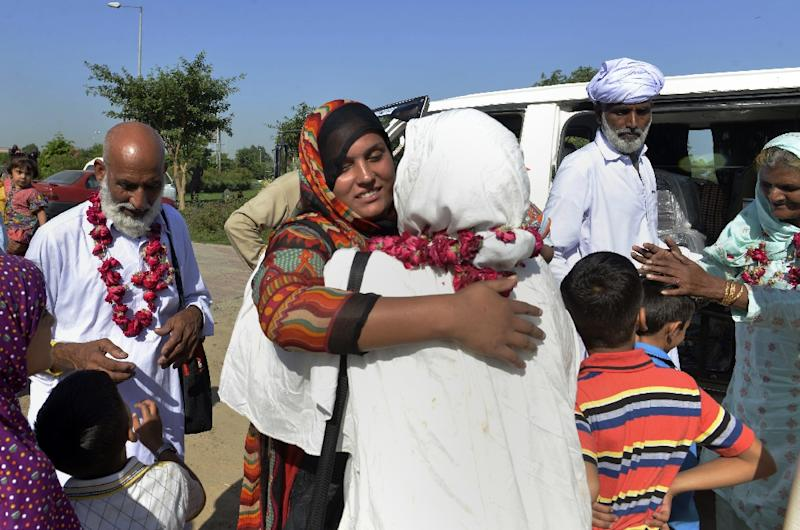 Pakistani hajj pilgrims are met by relatives as they return home to Lahore on September 30, 2015 (AFP Photo/Arif Ali)