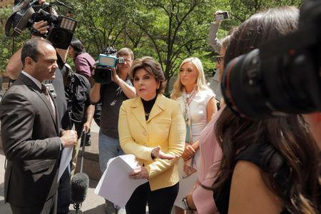 Attorney Gloria Allred hands a letter to the representative of the National Football League on behalf of several former Houston Texans cheerleaders outside of NFL headquarters in New York, U.S., June 4, 2018. REUTERS/Lucas Jackson