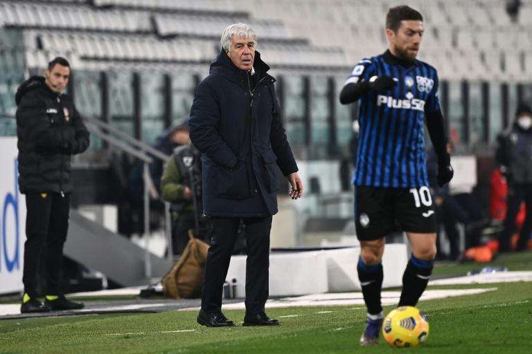 Atalanta forward Papu Gomez (R) came off the bench amid tensions with coach Gian Piero Gasperini (R).