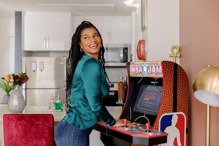 Taylor Rooks in her New York rental with her vintage NBA Jam game.