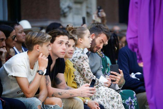 <p>Brooklyn, Romeo, Cruz, Harper et David Beckham, en pleine discussion avec Anna Wintour avant le défilé.</p>
