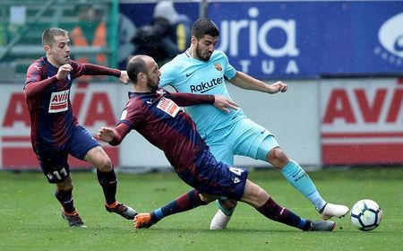 Soccer Football - La Liga Santander - Eibar vs FC Barcelona - Ipurua, Eibar, Spain - February 17, 2018 Barcelona's Luis Suarez in action with Eibar's Ivan Ramis and Ruben Pena REUTERS/Vincent West