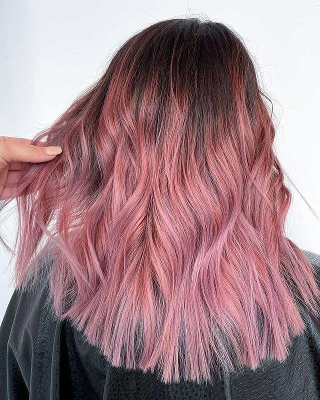 "<p>Balayage rosa su radice castana naturale.</p><p><a href=""https://www.instagram.com/p/CLRrMNnF7cv/"" rel=""nofollow noopener"" target=""_blank"" data-ylk=""slk:See the original post on Instagram"" class=""link rapid-noclick-resp"">See the original post on Instagram</a></p>"