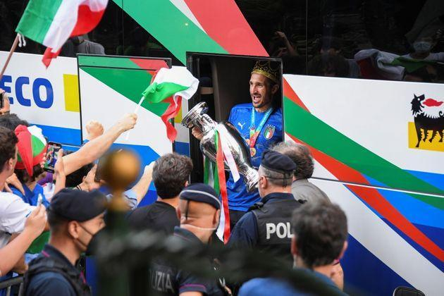 Soccer Football - Euro 2020 -  Rome, Italy - July 12, 2021 - Italy's Giorgio Chiellini exits the bus as the team arrives at the Parco dei Principi hotel after winning the European Championship. REUTERS/Alberto Lingria. REUTERS/Alberto Lingria (Photo: ALBERTO LINGRIA via REUTERS)