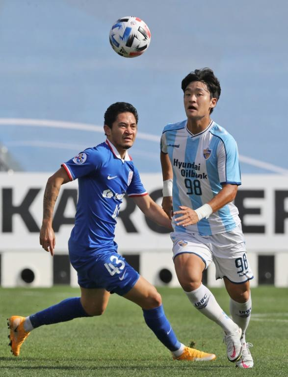 Park Jeong-In (right) scored the first of Ulsan's goals in their 4-1 win over Shanghai Shenhua