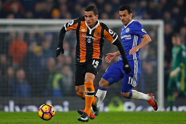 Hull City's Norwegian defender Omar Elabdellaoui (L) vies with Chelsea's Spanish midfielder Pedro during the English Premier League football match between Chelsea and Hull City at Stamford Bridge in London on January 22, 2017 (AFP Photo/Adrian DENNIS)