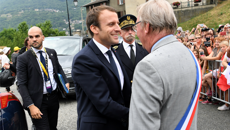 Macron. Un maire fustige le coût de la photo officielle