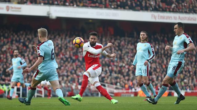 <p>Olivier Giroud has a pop at goal </p>