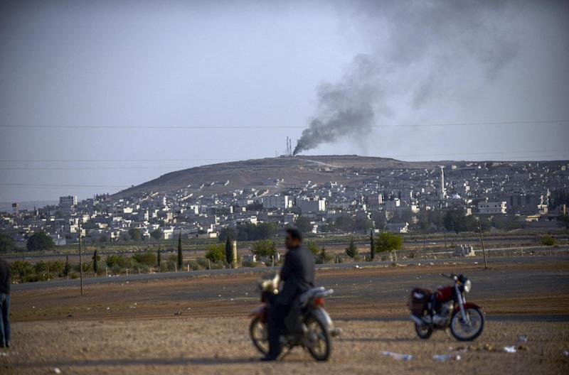 Smoke rises from the Syrian town of Kobane, seen from the Mursitpinar border crossing on the Turkish border, in the southeastern town of Suruc, October 3, 2014 (AFP Photo/Bulent Kilic)