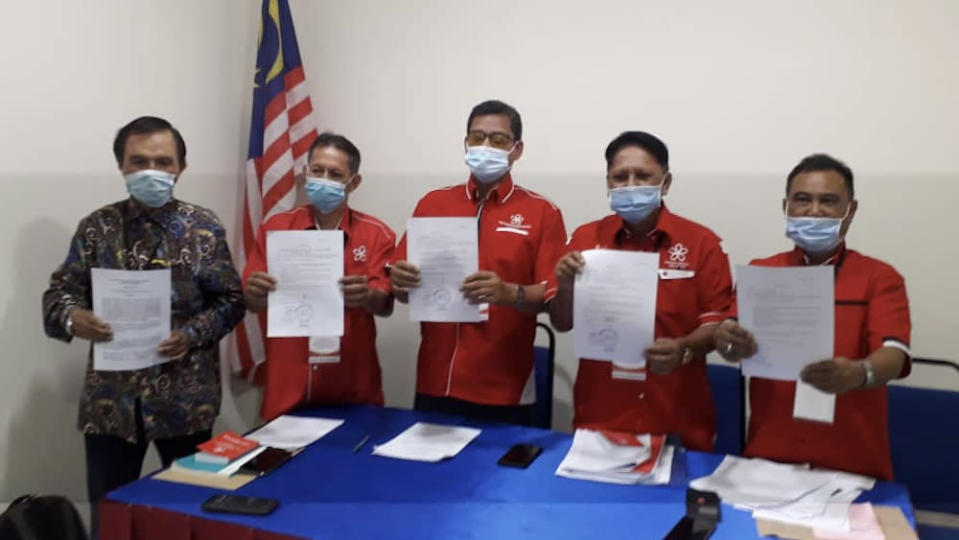 Johor Baru Bersatu Division Special Committee Task Force chairman Datuk Jemale Paiman (2nd right) shows the declaration and letter of no confidence towards the JB Bersatu division chief in Larkin, Johor Baru November 15, 2020. — Picture by Ben Tan