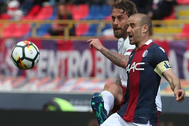 "Roma's Daniele De Rossi (L) and Bologna's Rodrigo Palacio (R) in action during the Italian serie A soccer match Bologna FC vs AS Roma at ""Dall'Ara"" stadium in Bologna, Italy. EFE/Archivo"