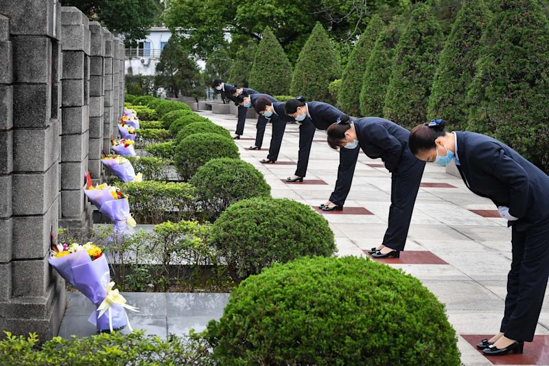 Funcionários prestam homenagem aos mártires no cemitério de Guangzhou Yinhe em Guangzhou, província de Guangdong, sul da China. (Photo: Xinhua News Agency via Getty Images)