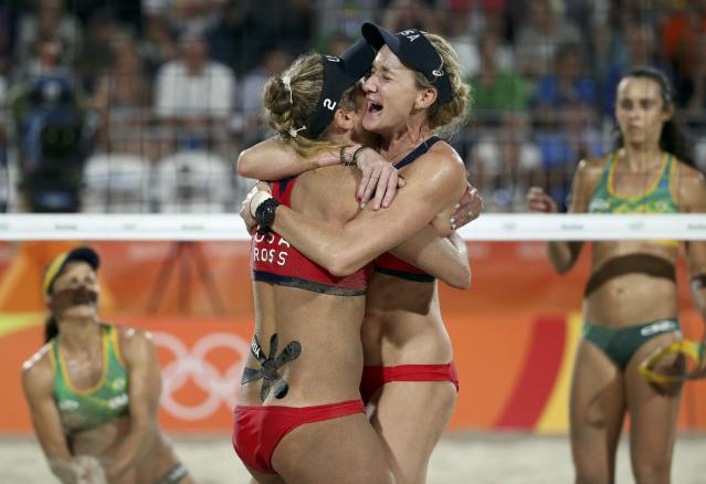 2016 Rio Olympics - Beach Volleyball - Women's Bronze Medal Match - Brazil v USA - Beach Volleyball Arena - Rio de Janeiro, Brazil - 17/08/2016. April Ross (USA) of USA and Kerri Walsh (USA) of USA celebrate winning the bronze. REUTERS/Tony Gentile FOR EDITORIAL USE ONLY. NOT FOR SALE FOR MARKETING OR ADVERTISING CAMPAIGNS.