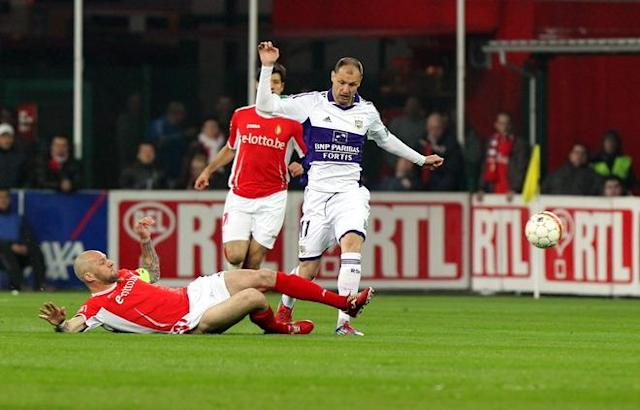 Standard's Jelle Van Damme vies with Anderlecht's Milan Jovanovic during the Jupiler Pro League match of Play-Off group 1, between Standard de Liege and RSC Anderlecht, in Liege on April 6, 2012. AFP PHOTO / BELGA / MICHEL KRAKOWSKI ***BELGIUM OUT***