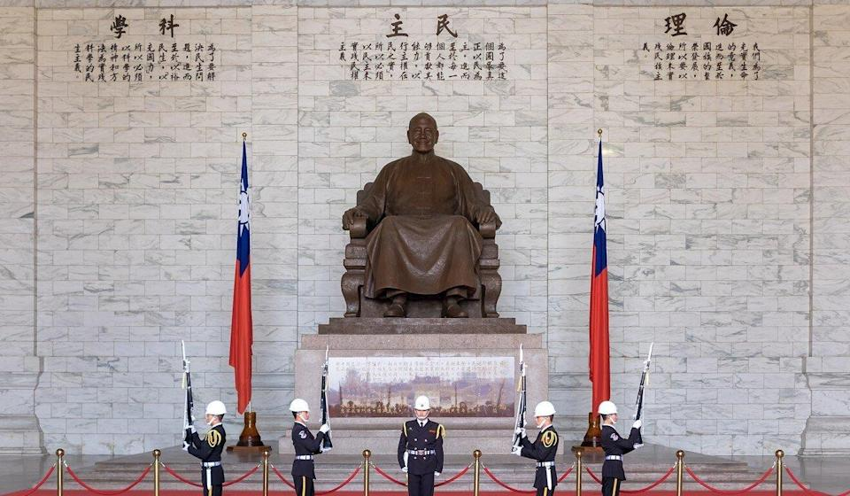 The giant statue of the former KMT leader will be removed from the memorial hall. Photo: Shutterstock Images