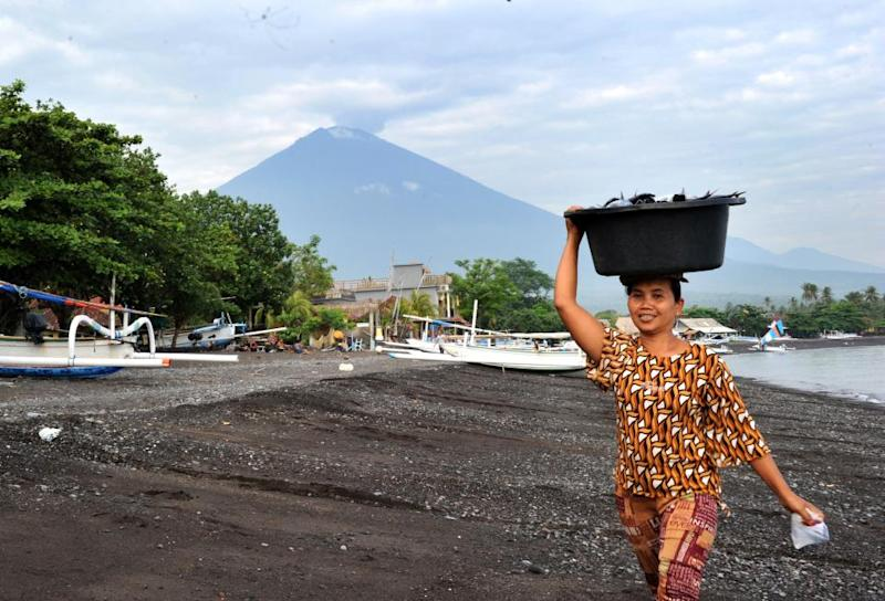 12_15_agung_continuing_eruption