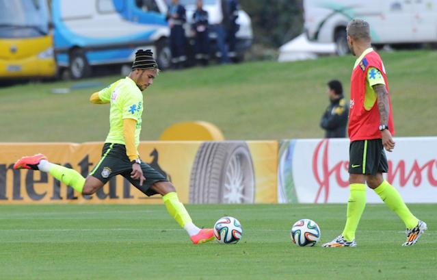 Brazil's Neymar (L) and Daniel Alves take part in a training session for the FIFA World Cup in Teresopolis, Rio de Janeiro on June 21, 2014 (AFP Photo/Tasso Marcelo)
