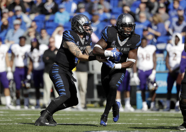 "Memphis quarterback Riley Ferguson (4) hands off to running back <a class=""link rapid-noclick-resp"" href=""/ncaaf/players/264641/"" data-ylk=""slk:Darrell Henderson"">Darrell Henderson</a> (8) in the first half of an NCAA college football game against East Carolina Saturday, Nov. 25, 2017, in Memphis, Tenn. (AP Photo/Mark Humphrey)"