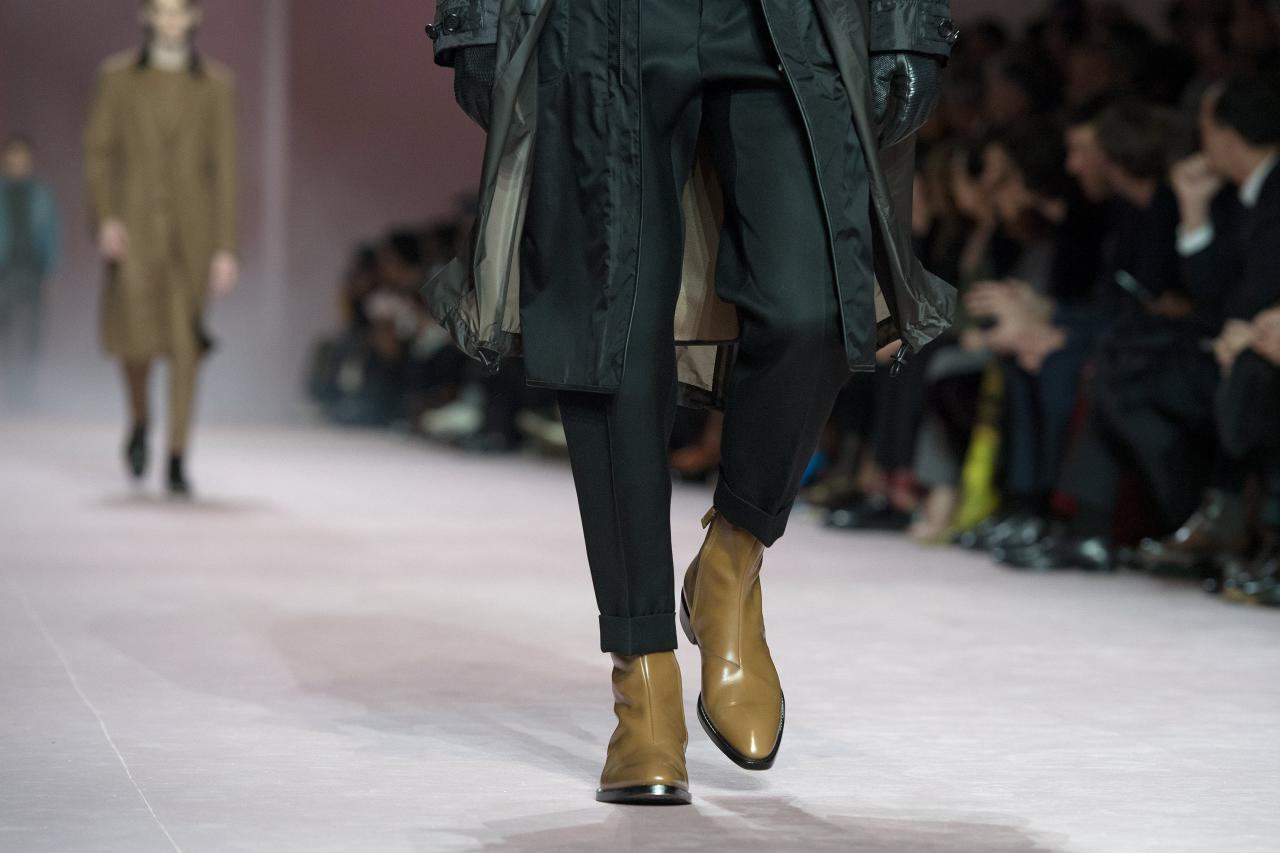 BOR922. Paris (France), 19/01/2018.- Models present creations from the Fall/ Winter 2018/2019 Ready to Wear collection by French designer Haider Ackermann for Berluti fashion house during the Paris Fashion Week, in Paris, France, 19 January 2018. The presentation of the Men's collections runs from16 to 21 January 2018. (Moda, Francia) EFE/EPA/CAROLINE BLUMBERG