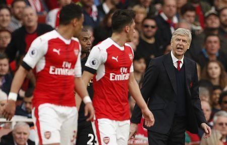 Britain Football Soccer - Arsenal v Manchester City - Premier League - Emirates Stadium - 2/4/17 Arsenal manager Arsene Wenger speaks ato Arsenal's Francis Coquelin and Mesut Ozil Action Images via Reuters / John Sibley Livepic