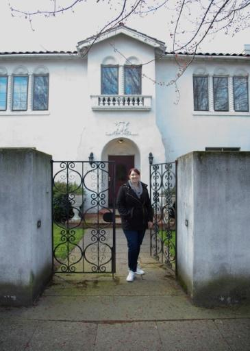 """Because she didn't have the most common COVID-19 symptoms like a cough or shortness of breath, Elizabeth Schneider (pictured outside her house in Seattle) thought she """"definitely"""" did not have the virus"""