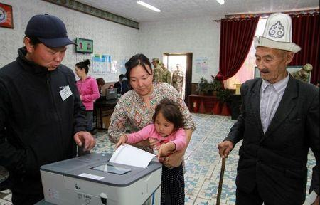 People vote at a polling station during the presidential election in the village of Kyzyl-Birdik, Kyrgyzstan October 15, 2017.REUTERS/Vladimir Pirogov