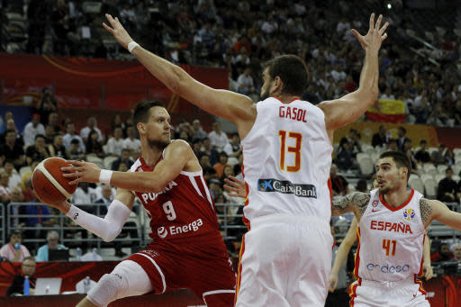 Mateusz Ponitka of Poland tries to pass the ball over Marc Gasol and Juancho Hernangomez of Spain during their quarterfinals match for the FIBA Basketball World Cup at the Shanghai Oriental Sports Center in Shanghai, Tuesday, Sept. 10, 2019. (AP Photo/Andy Wong)