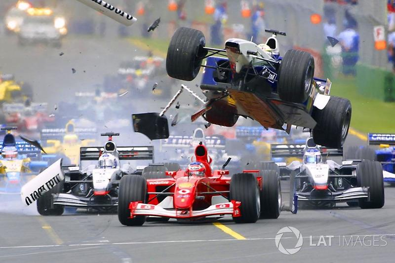 "Accidente en la primer curva de Ralf Schumacher, Williams vuela sobre Rubens Barrichello, Ferrari<span class=""copyright"">LAT Images</span>"