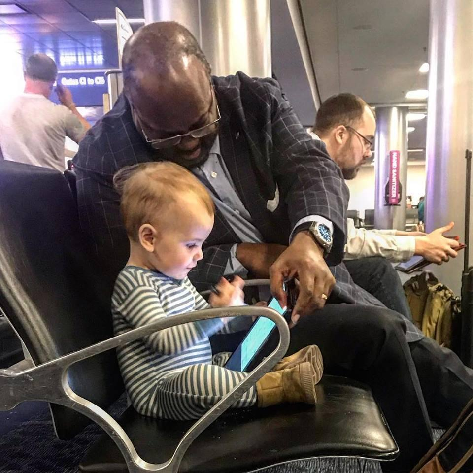 Las Vegas dad Kevin Armentrout took a photo of a stranger bonding with his toddler at the airport. (Photo: Kevin Armentrout via Facebook)