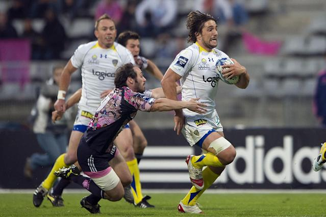 Clermont's flanker Julien Bardy (L) vies with Stade Francais' scrum-half Julien Dupuy during the European Challenge Cup semi final rugby union match Stade Francais vs. Clermont at the Charlety stadium in Paris on April 29, 2011. AFP PHOTO / BERTRAND LANGLOIS (Photo credit should read BERTRAND LANGLOIS/AFP/Getty Images)