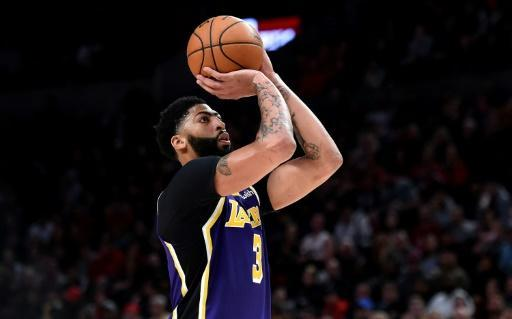 Anthony Davis of the Los Angeles Lakers scored 32 points in a losing cause Sunday and a right knee issue raised injury fears for the star