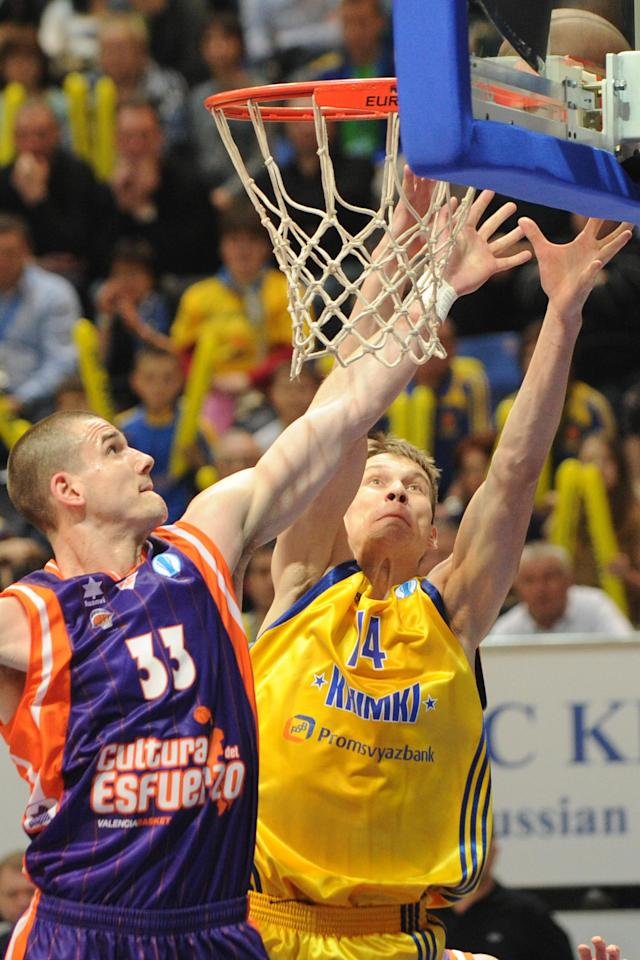 Valencia's Nik Caner-Medley vies with BC Khimki's Anton Pushkov (R) during the Eurocup final basketball match between BC Khimki and Valencia in Khimki, outside Moscow on April 15, 2012. AFP PHOTO / KIRILL KUDRYAVTSEV (Photo credit should read KIRILL KUDRYAVTSEV/AFP/Getty Images)