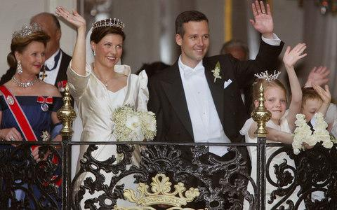 Princess Martha Louise of Norway and writer Ari Behn wave on the balcony of the Stiftsgarden Palace May 24, 2002 after their wedding - Credit: Michel Porro