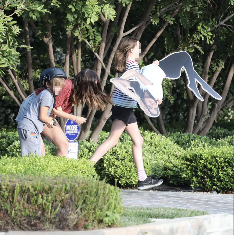 Ben Affleck's kids playing with the cutout last summer while bonding with Ana. (Photo: X17)
