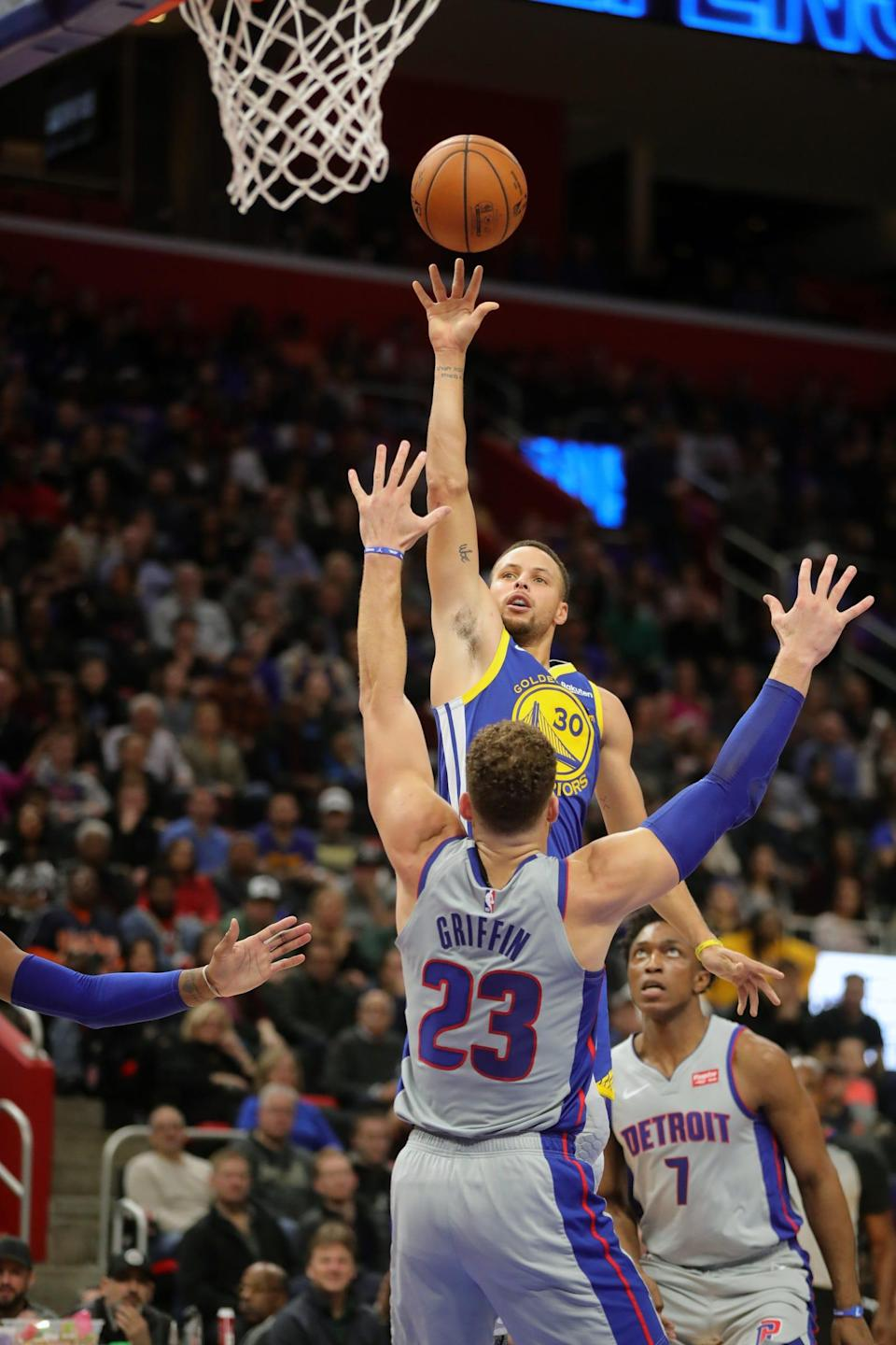 Stephen Curry shoots over Blake Griffin, Dec. 1, 2018 at Little Caesars Arena.